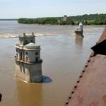 Водни кули за следене на нивото на водата край моста. По-отдалечената кула е от края на 19 век. Снимка: Иван Бакалов