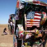 Cadillac Ranch, Amarillo, Texas. Посетителка рисува със спрей върху колите. Снимка: Иван Бакалов