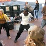 """Възрастна жена се е присъединила към улични танцьори на ул. """"Маркет"""" в Сан Франциско. Снимка: Иван Бакалов"""