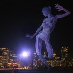 """Скулптурата """"Блис данс"""" на о. Трежър Айланд в Сан Франциско. Нощем свети и отвътре, осветена е и отвън. Авторът е скулптор от италиански произход, който живее на острова.  Назад през залива се вижда ситито. Снимка: Иван Бакалов"""