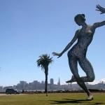 """Скулптурата """"Блис данс"""" на о. Трежър Айланд в Сан Франциско. Авторът е скулптор от италиански произход, който живее на острова.  Назад през залива се вижда ситито. Снимка: Иван Бакалов"""